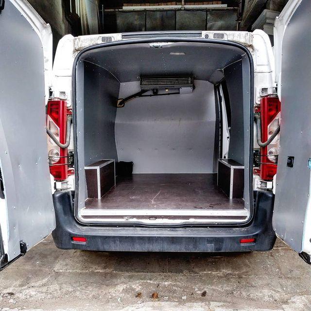 Фургон изнутри с установленным холодильным оборудованием